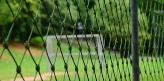 siatka wokół boiska sportowego